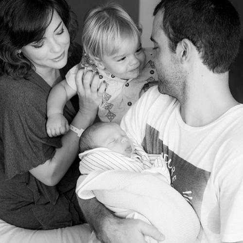 """31.ago.2015 - Regiane Alves, que deu à luz seu segundo filho na quarta-feira da semana passada, aproveitou o seu aniversário nesta segunda para postar uma foto com o novo herdeiro. """"É hoje o meu dia e o meu maior e melhor presente foi ele @joaogomez quem me deu. Obrigada por me dar uma família tão linda como a nossa, estou em êxtase. Confesso que a vida está me oferecendo mais do que pedi e só tenho agradecer a você e a Deus"""", disse a atriz. Regiane é casada com João Gomez, filho da atriz Regina Duarte"""