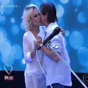 """Ana Maria Braga dança com Roberto Carlos no """"Mais Você"""" - Reprodução/TV Globo"""