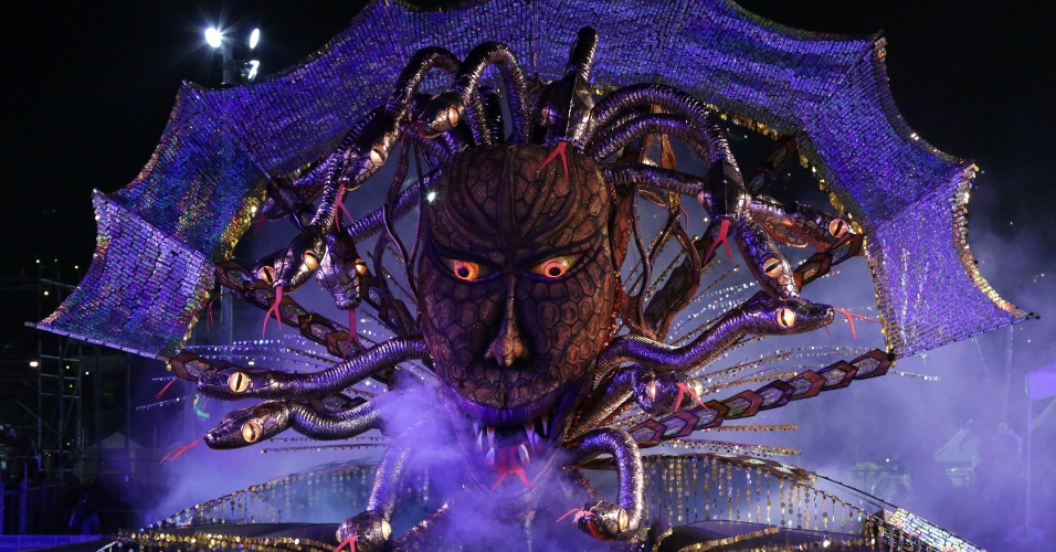 Roxanne Omalo apresenta o traje Medusa na fase final da competição, em Trindade e Tobago