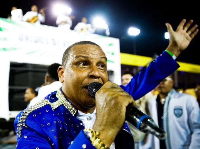"""6.fev.2016 - Puxador canta o samba-enredo """"A Vila famosa é mais bela, Ilhabela das maravilhas"""", que narra a história da ilha do litoral de São Paulo"""