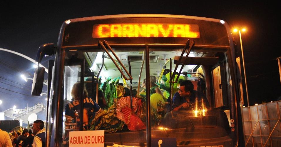 6.fev.2016 - Ônibus conduz integrantes da Águia de Ouro ao Anhembi