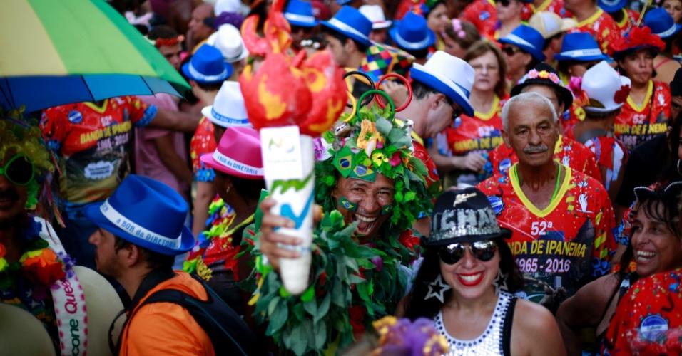 6.fev.2016 - Foliões se inspiram em Michael Jackson e na Olimpíada do Rio para compor as fantasias da Banda de Ipanema