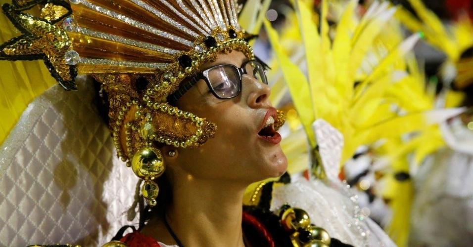 9.fev.2016 - Foliona se aquece na concentração do desfile da São Clemente