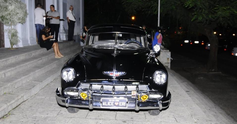 02.mar.2016 - Detalhe do carro, modelo Chevrolet Bel Air 1951, que trouxe a noiva até o local do casamento