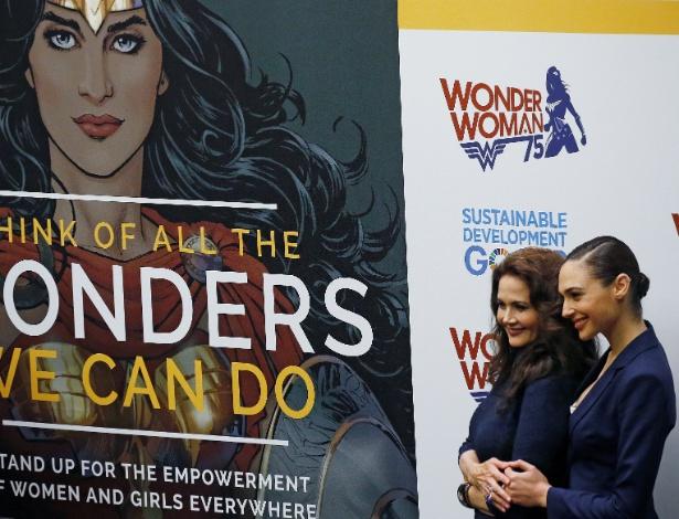 21.out.2016 - As atrizes Lynda Carter, 65, e Gal Gadot, 31, se encontram em evento da ONU que torna a Mulher-Maravilha embaixadora da para o empoderamento feminino - Carlo Allegri/Reuters