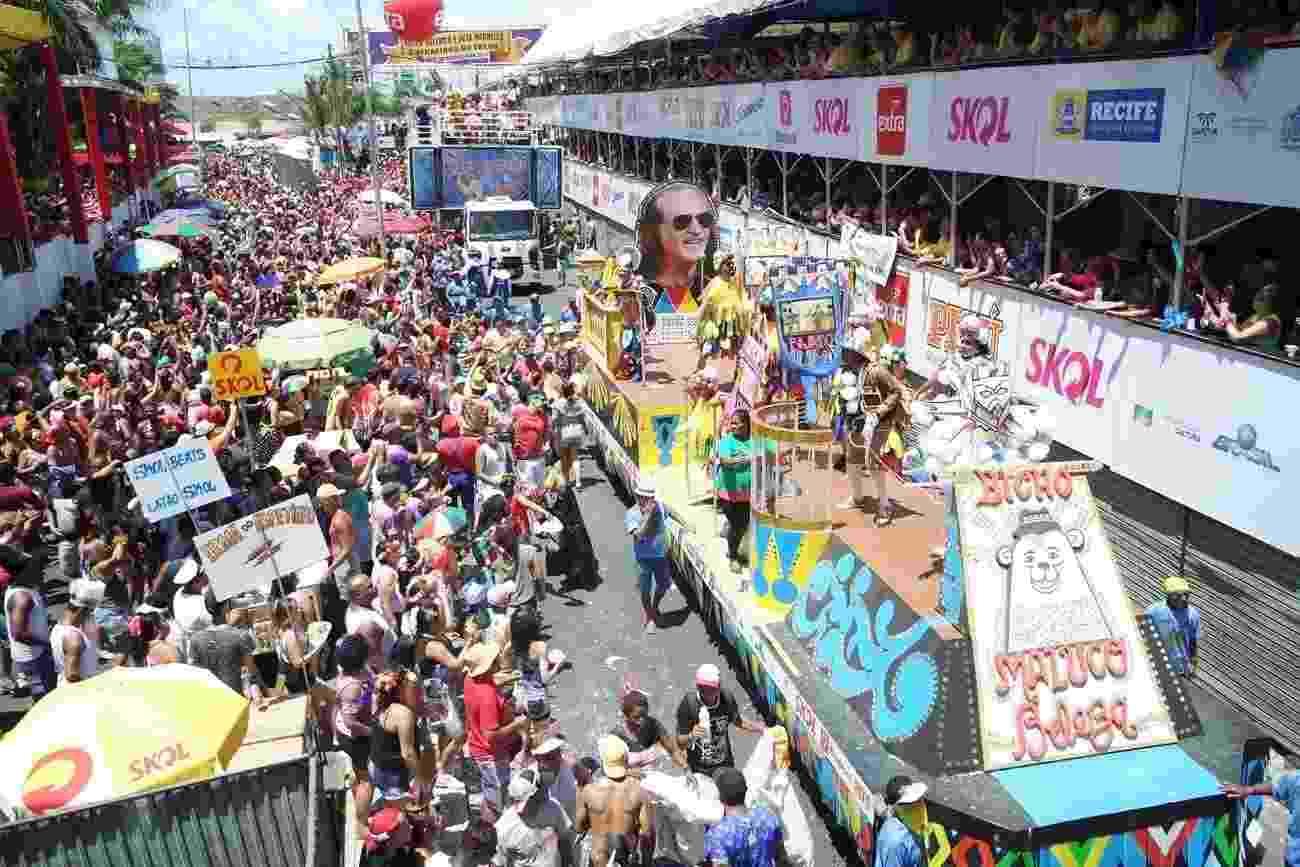 Multidão acompanha trio elétrico de Alceu Valença - Marcelo Loureiro e Isis Santos/AgNews