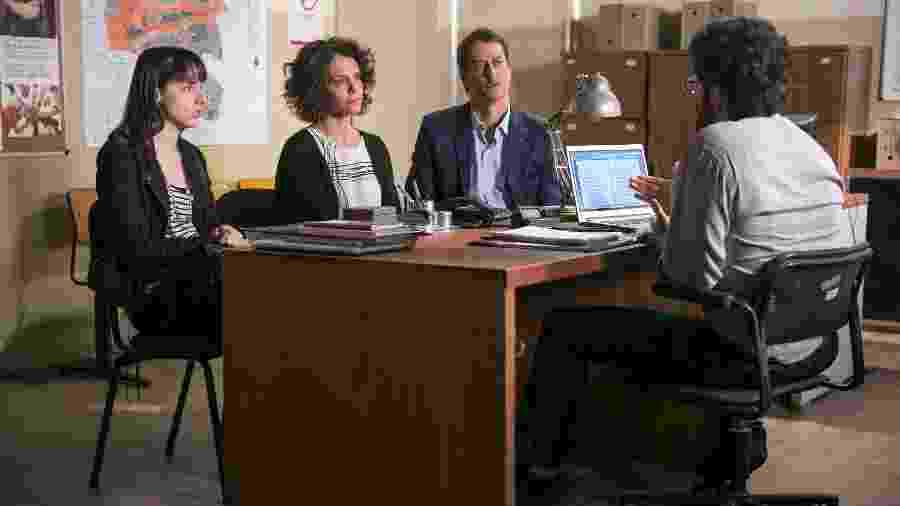 """Em """"Malhação"""", Lica ( Manoela Aliperti ), Marta ( Malu Galli ), Edgar ( Marcello Antony ) estão diante do conselheiro tutelar - Rafael Campos/Divulgação/TV Globo"""