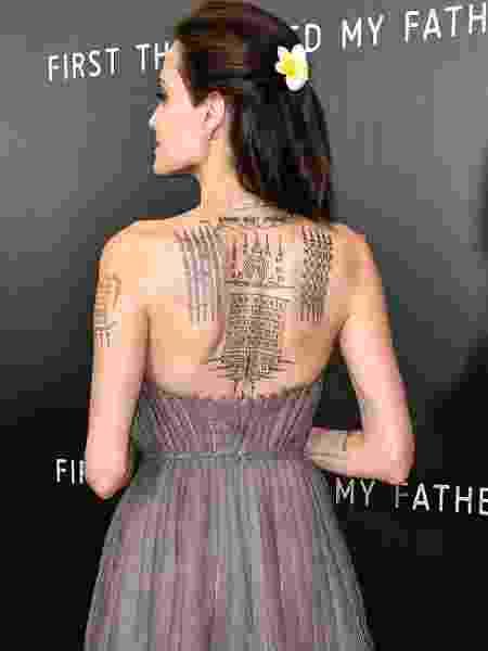 """Angelina Jolie usou vestido que mostra as tatuagens na première do filme """"First They Killed My Father"""", em Nova York - Dia Dipasupil/Getty Images"""