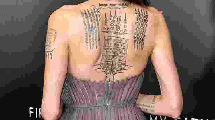 """Angelina Jolie usa vestido que mostra as tatuagens na première do filme """"First They Killed My Father"""", em Nova York - Dia Dipasupil/Getty Images - Dia Dipasupil/Getty Images"""