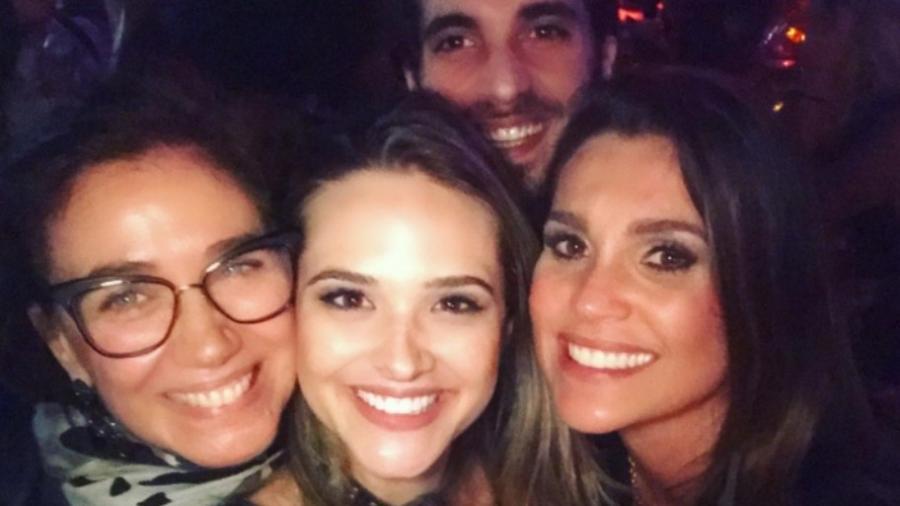 Juliana Paiva entre Lilia Cabral e Flávia Alessandra com Fiuk ao fundo - Reprodução/Instagram/juulianapaiva