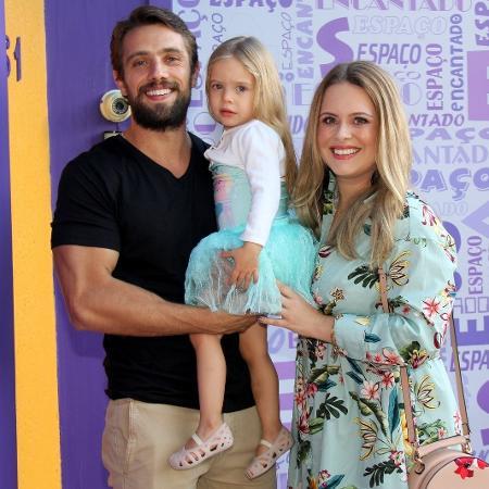Rafael Cardoso e Mariana Bridi com a filha, Aurora - AgNews