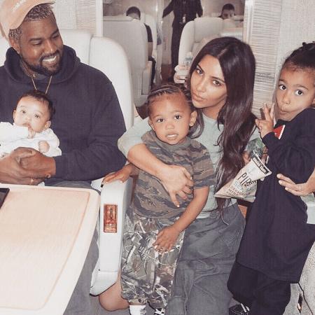 Kanye West com Chicago, Saint e North West, ao lado da mulher, Kim Kardashian West - Reprodução/Instagram