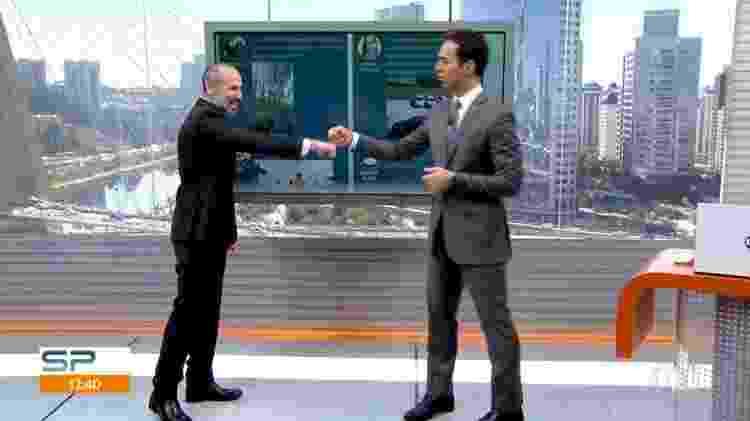 "César Tralli é alertado por Marcio Rachkorsky para completar o cumprimento no ""SP1"" - Reprodução/TV Globo - Reprodução/TV Globo"