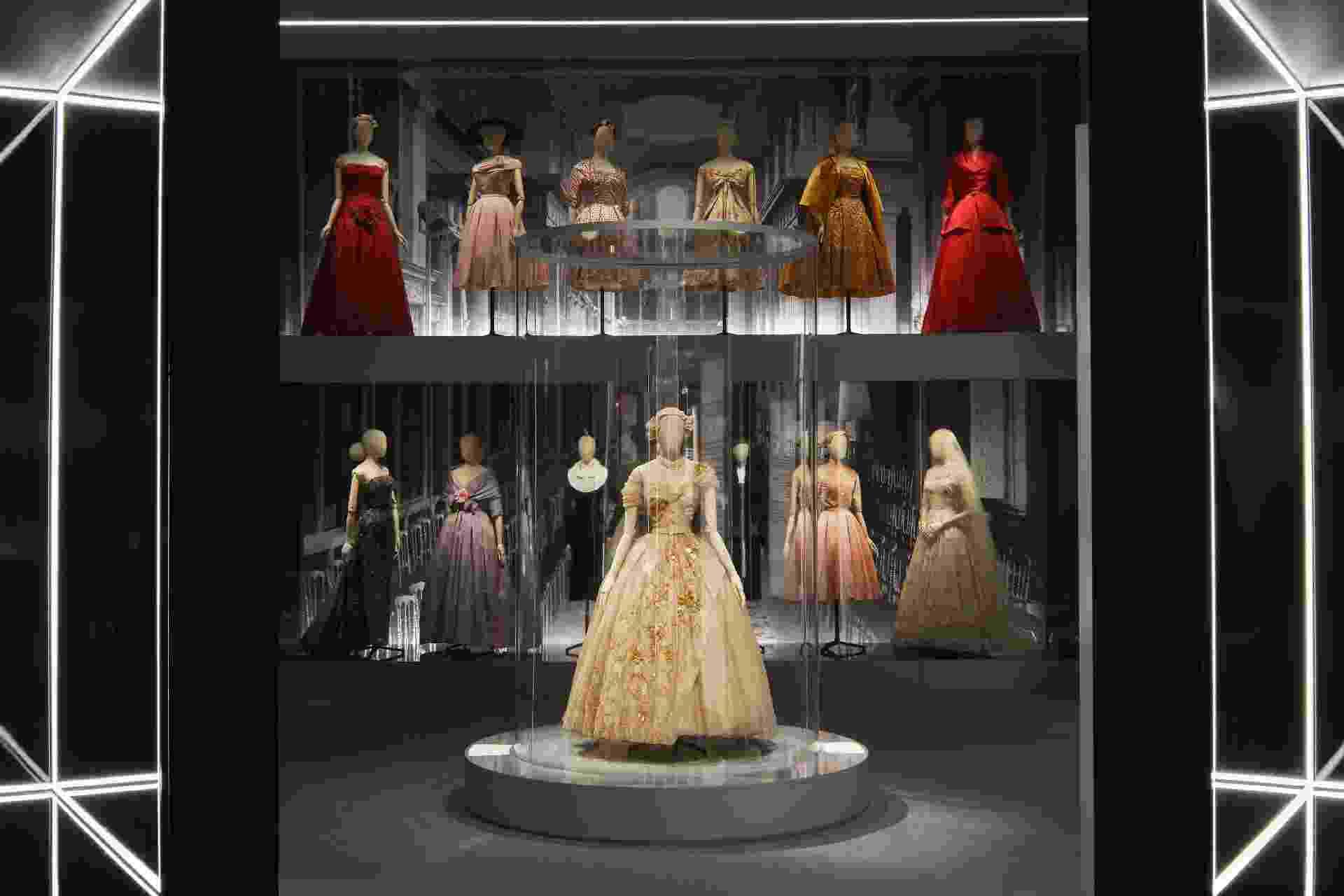 """Exposição """"Dior, Design of Dreams"""" no Victoria & Albert Museum, em Londres - Reprodução/Divulgação"""