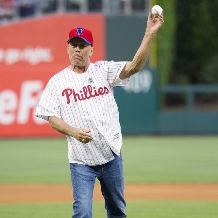 Bruce Willis faz arremesso em jogo de beisebol - Mitchell Leff/AFP