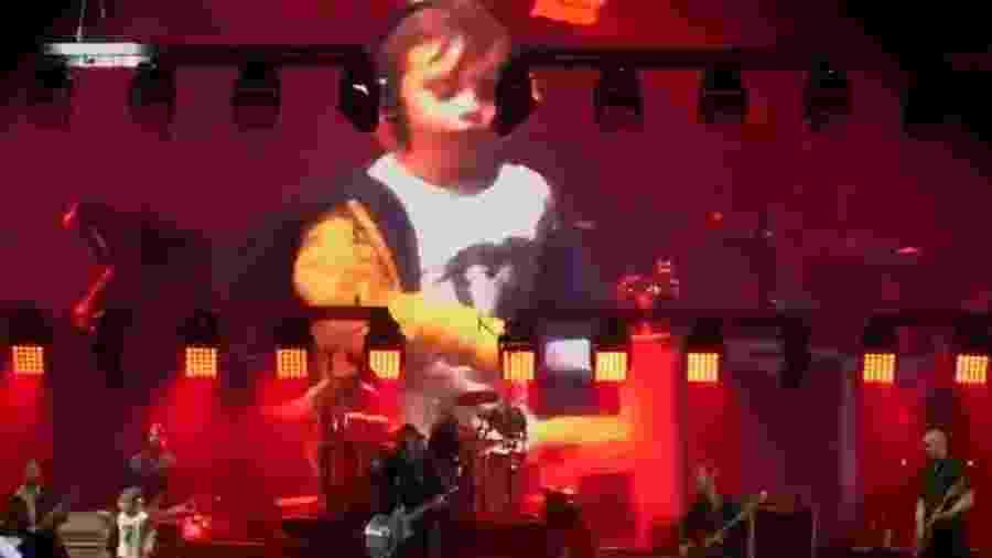 Aos 5 anos, Taylor se divertiu - e muito! - durante show do Foo Fighters - Reprodução/Twitter