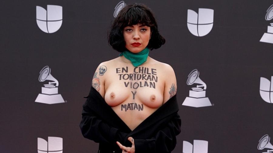 Cantora chilne protesta com seios de fora no Grammy Latino - Joe Buglewicz/Getty Image