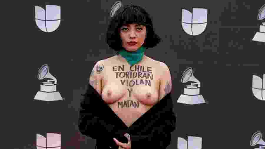 Cantora chilena protesta com seios de fora no Grammy Latino - Joe Buglewicz/Getty Image
