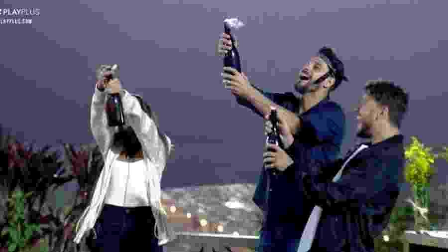 Diego, Hari e Lucas comemoram com brinde - Reprodução/PlayPlus