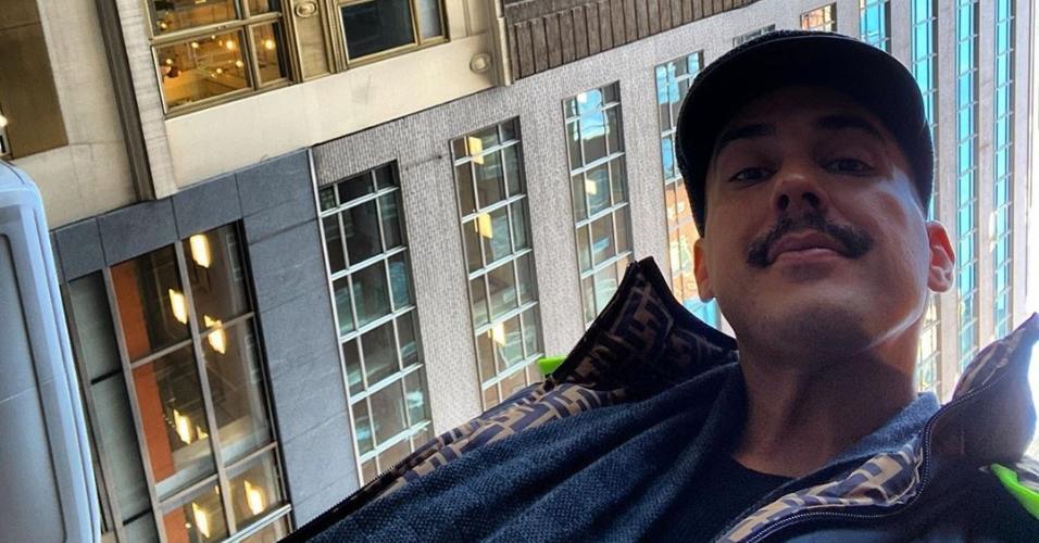 André Marques adotou um bigodinho malandro
