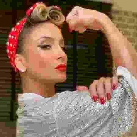 Claudia Leitte faz pose símbolo do feminismo - Reprodução/Instagram/claudialeitte Verificado