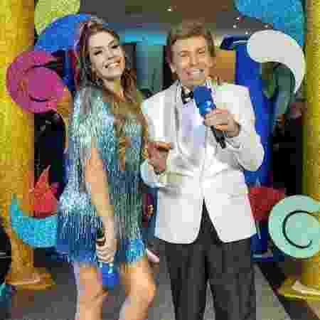 """Simony e Nelson Rubens no programa """"Bastidores do Carnaval"""", da RedeTV! - Reprodução/RedeTV!"""