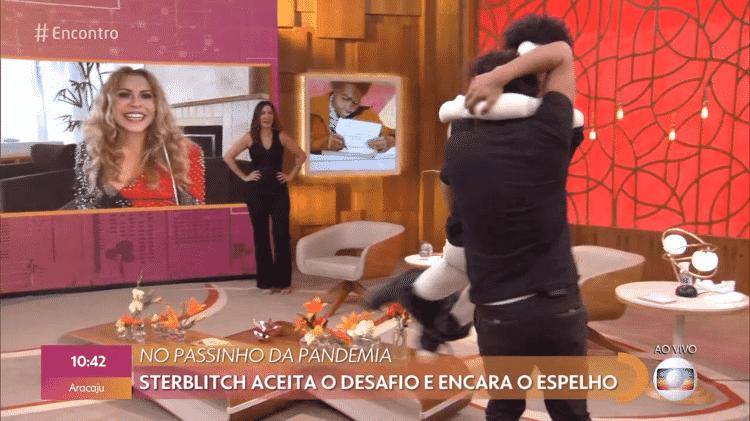 Eduardo Sterblitch dança com boneco no 'Encontro', enquanto Joelma e Fátima assistem - Reprodução/Globoplay - Reprodução/Globoplay