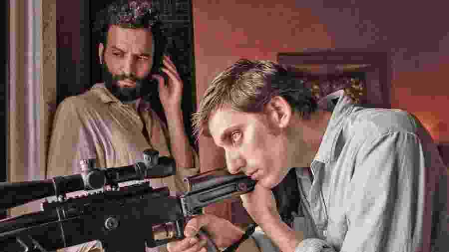 """Joe (Marwan Kenzari, à esq.) e Nicky (Luca Marinelli, à dir.) são um casal em """"The Old Guard"""" - Reprodução"""