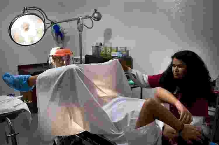 Jovem de 23 anos durante procedimento para interrupção de gravidez no México - Shaul Schwarz/Edit by Getty Images - Shaul Schwarz/Edit by Getty Images