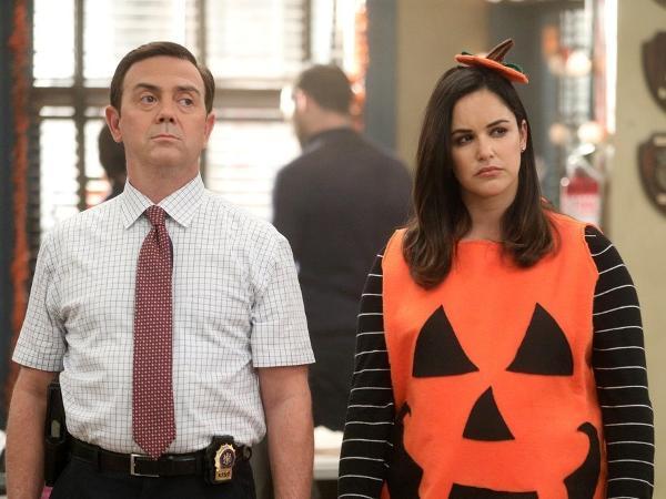 Boyle (Joe Lo Truglio) e Amy (Melissa Fumero) em cena da sétima temporada de 'Brooklyn Nine-Nine'