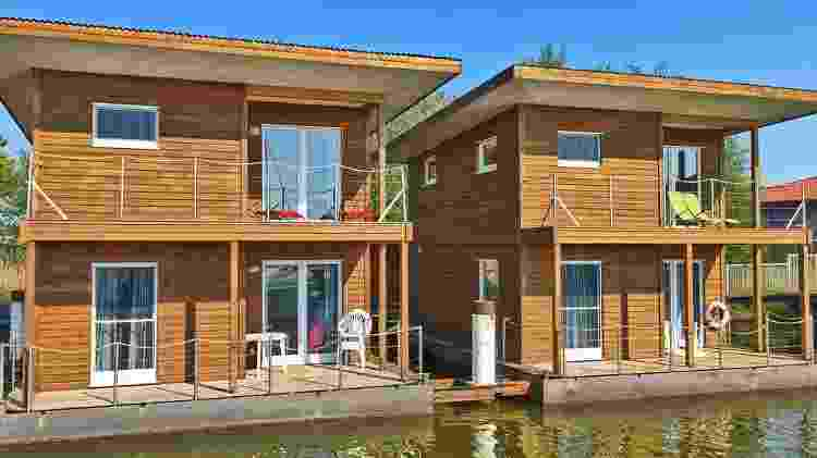 Localizada no Báltico, a casa flutuante na Alemanha tem três quartos - Divulgação - Divulgação