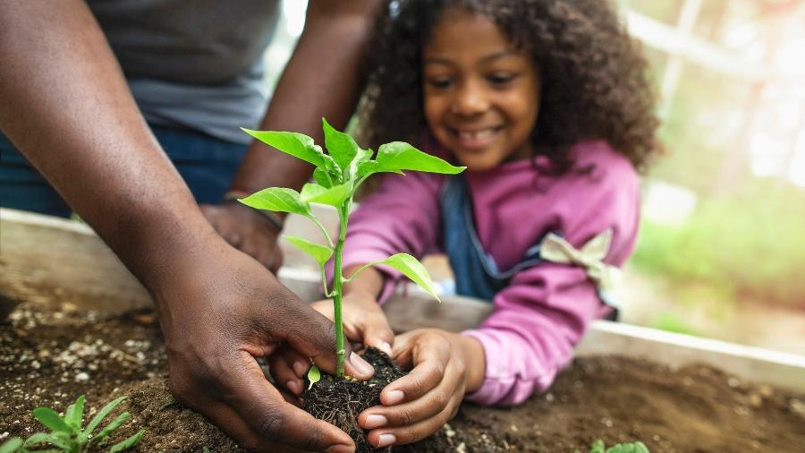 Educação também é saber cuidar da terra - FangXiaNuo/Getty Images