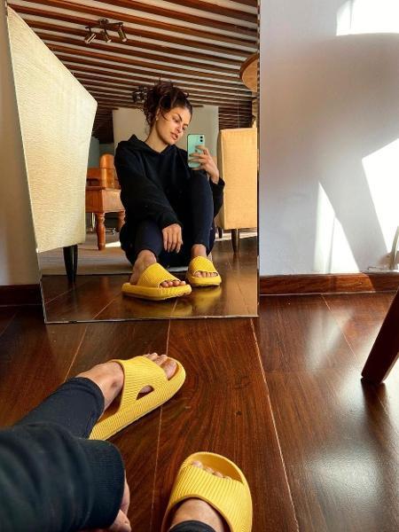 """Marina Santa Helena usa chinelo """"nuvem""""; na internet, modelo também é vendido como """"ortopédico"""" por conta do conforto aos pés - Reprodução/Instagram"""