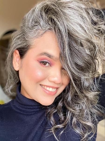 A designer de sobrancelha Jéssica Aroucha tem 27 anos e assumiu os fios brancos aos 23 - Arquivo pessoal