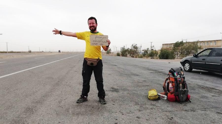 Guilherme pede carona em estrada no Irã, um dos países mais cordiais que visitou - Arquivo pessoal