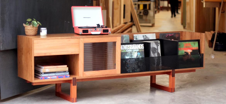 Milena Chuba e Carmen Mendonça criaram a Jucá Mobília para produzir móveis autorais que fazem experimentos com a marcenaria - Arquivo Pessoal