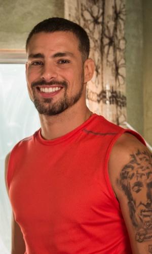 Juliano (Cauã Reymond) é um lutador de MMA, que larga a carreira para se tornar professor de artes marciais para jovens do Morro da Macaca. Ele acaba preso injustamente acusado de tráfico de drogas