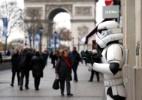 """Stormtrooper na Champs-Élysées a um dia da estreia de """"Star Wars"""" na França - Benoit Tessier/Reuters"""