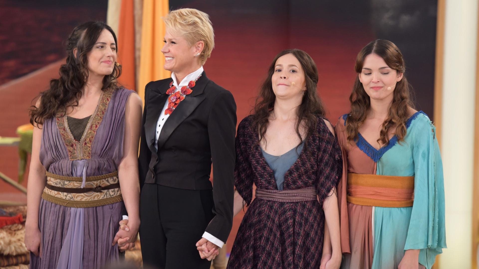 Xuxa Meneghel com as finalistas do concurso