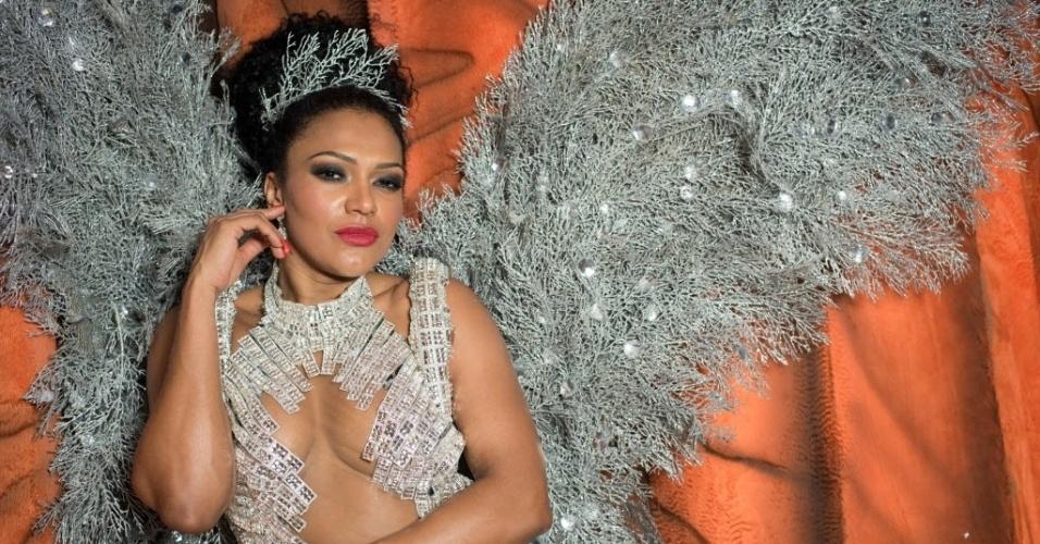 A rainha da bateria da Dragões da Real, Simone Sampaio, posa para fotos no barracão da agremiação