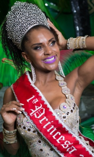 17.jan.2016 - A princesa da X-9 Paulistana, Tarine Lopes, exibe corpão durante ensaio no barracão da escola, na zona leste de São Paulo.