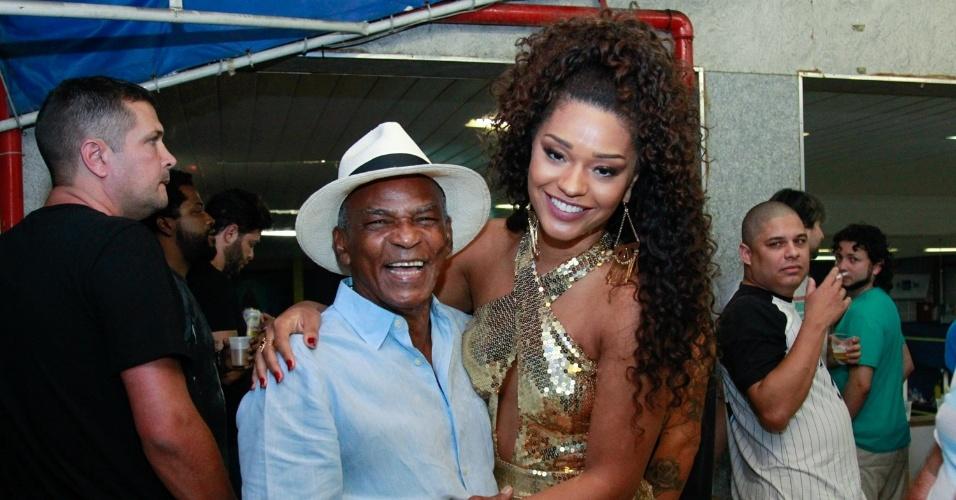 17.jan.2016 - A rainha da bateria Juliana Alves posa com o ator Antônio Pitanga durante ensaio na quadra da Unidos da Tijuca, no Rio de Janeiro.