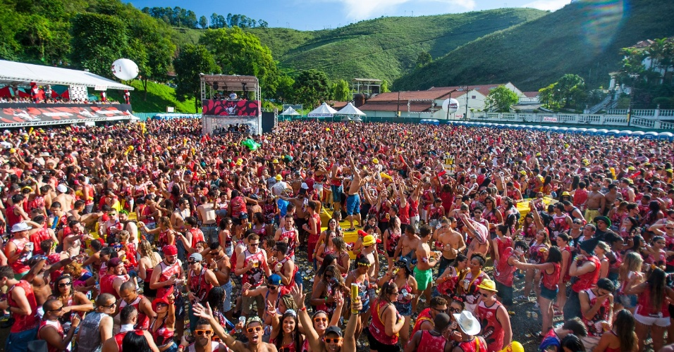 6.fev.2016 - Bloco do Caixão atrai multidão em Ouro Preto, Minas Gerais