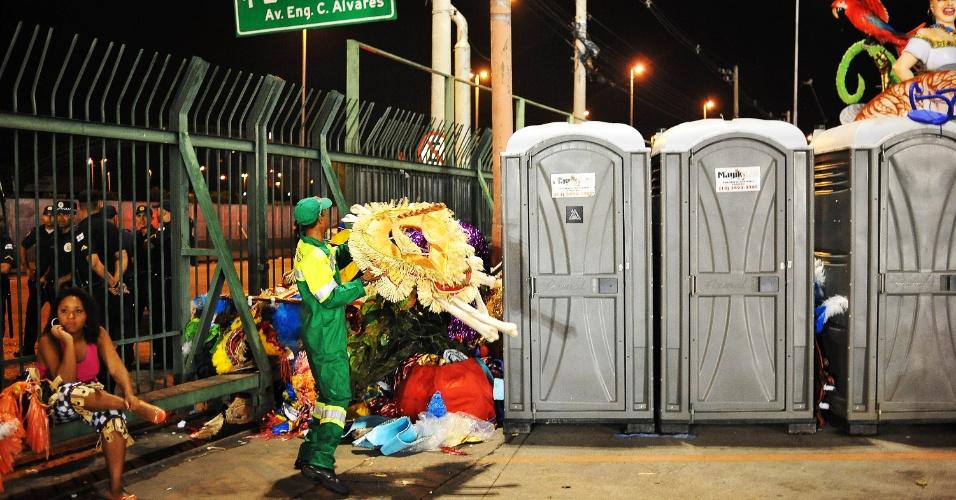 6.fev.2016 - Carnaval de São Paulo não tem só beleza na avenida, mas também muito lixo ao final dos desfiles no Anhembi