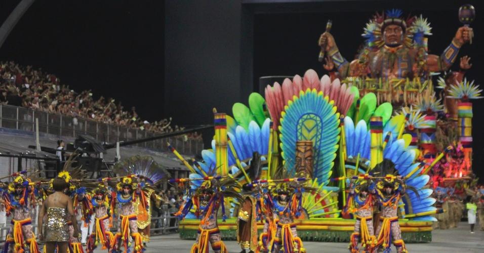 7.fev.2016 - A comissão de frente da Acadêmicos do Tucuruvi é uma representação da festa da Santa Cruz, ocasião em que os jesuítas plantam a cruz em solo brasileiro e os naturalistas reverenciam o cristianismo