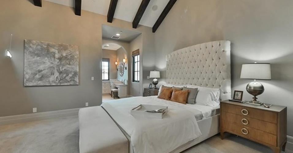 Uma das suítes da mansão de Britney Spears recebeu móveis de madeira robustos e cama confortável com cabeceira estofada em capitonê. As paredes são cinza e o tapete é macio e felpudo. A residência está à venda por R$ 32 milhões, na Califórnia, Estados Unidos