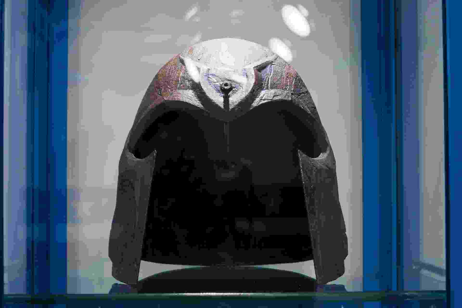 """Capacete de Erik Lehnsherr, em """"X-Men: Dias de um Futuro Esquecido"""" (2014) - Letícia Godoy"""