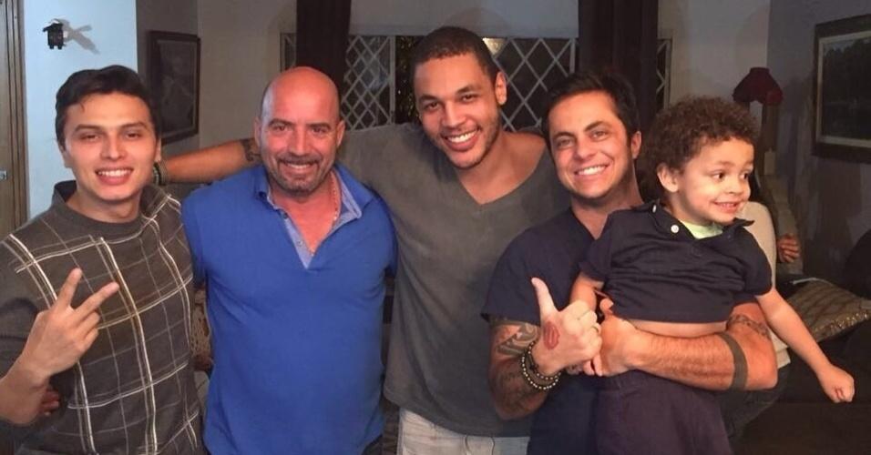 5.jun.2016 - Gretchen visitou Simony em uma confraternização com amigos e familiares e publicou em seu perfil no Instagram uma foto com os homens da festa, incluindo seu filho, Thammy, e seu marido, Carlos Marques: