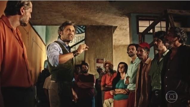 Santo (Domingos Montagner) discursa para os integrantes da cooperativa em