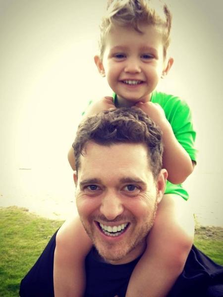 Michael Bublé e seu filho Noah, diagnosticado com câncer aos três anos - Reprodução/Facebook